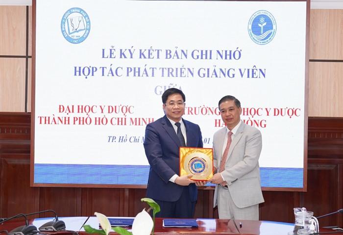 PGS Nguyễn Hoàng Bắc tặng quà lưu niệm
